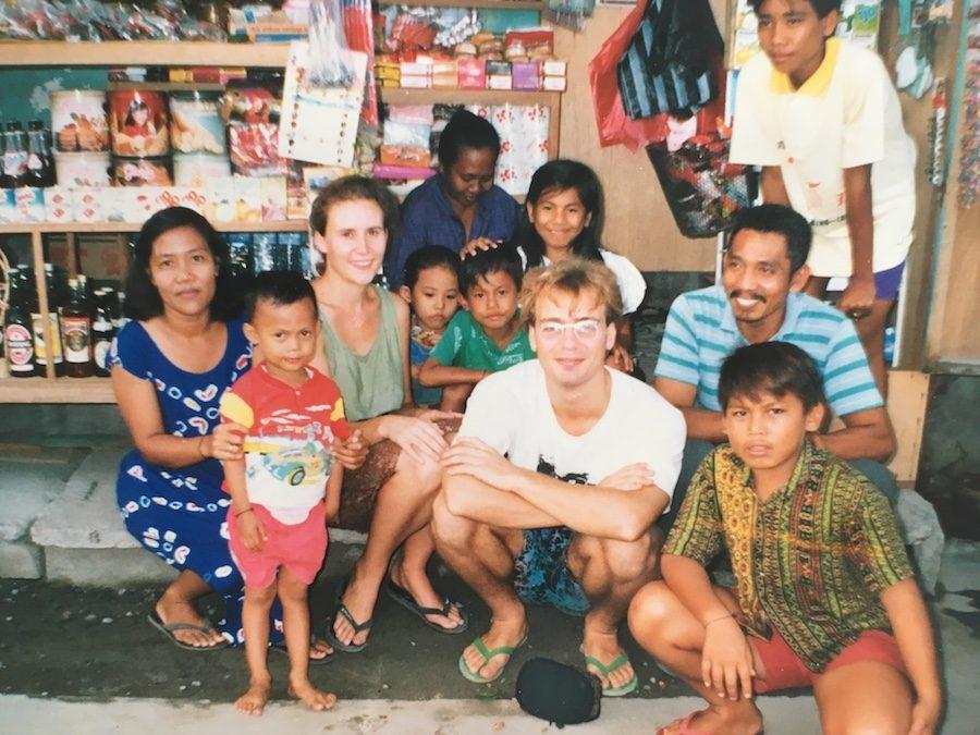 Twee blanken temidden van een vissersfamilie in Padangbai